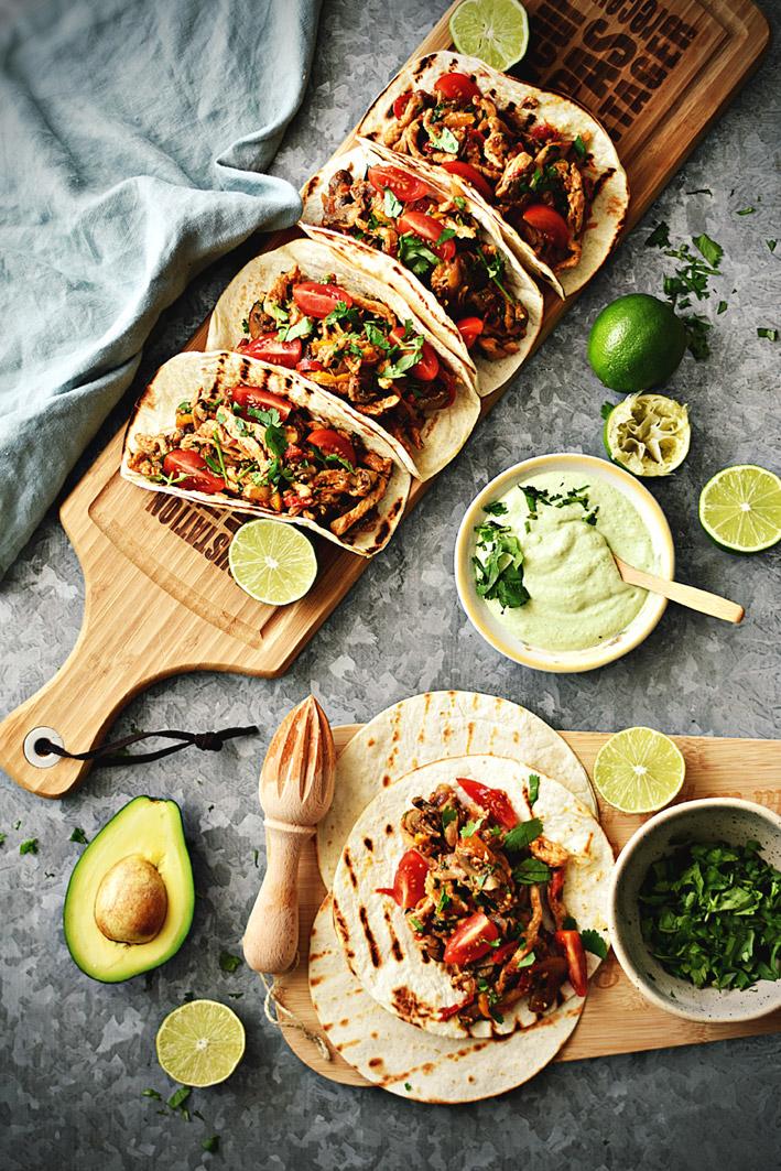 Tacos-de-Frango-com-Molho-de-Abacate-e-Lima
