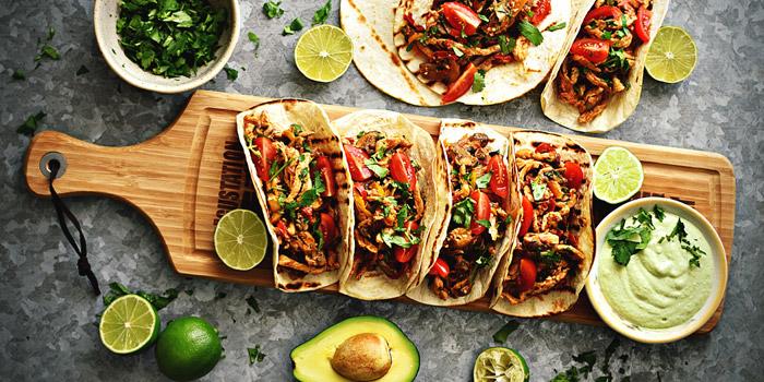 Tacos-de-Frango-com-Molho-de-Abacate-e-Lima-DeBORLA-700X350
